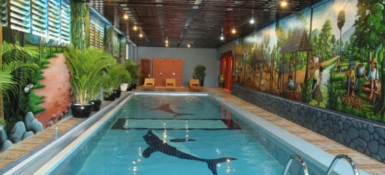 King Fy Hotel: Innenschwimmbad BATTAMBANG