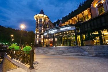 Hotel Crowne Plaza Borjomi: Facciata dell'hotel – sera/notte BORJOMI