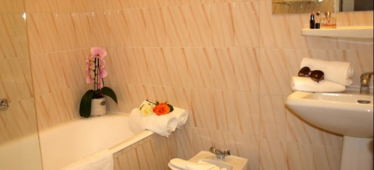 Hotel Ruc: Bathroom CANNES