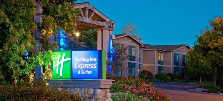 Hotel Holiday Inn Express & Suites: Facciata dell'hotel – sera/notte CARPINTERIA (CA)