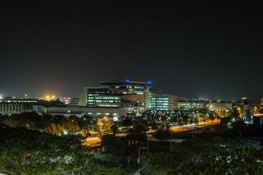Hotel Holiday Inn Express Mahindra World City: Facciata dell'hotel – sera/notte CHENGALPATTU