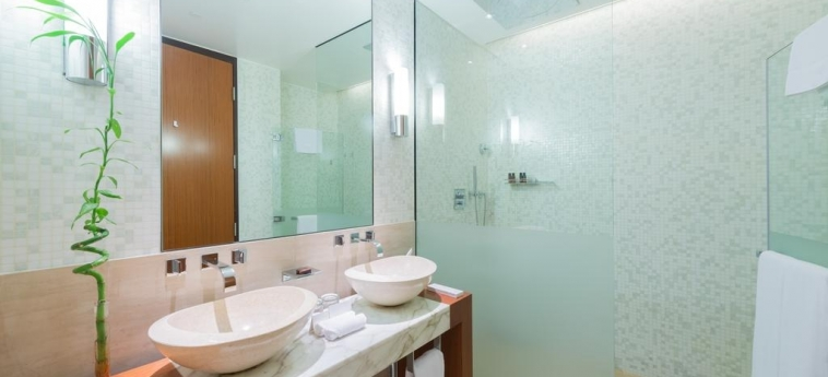 Oryx Airport Hotel -Transit Only: Bathroom DOHA
