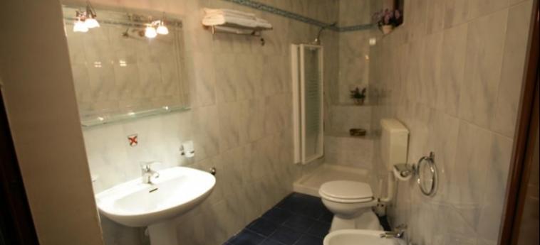 Hotel Nais: Bathroom DURRES