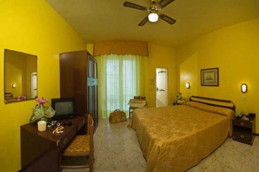 Hotel Maremonti: Schlafzimmer GABICCE MARE - PESARO URBINO