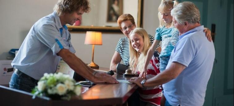 Stayokay Hostel Heemskerk: Kirche HEEMSKERK