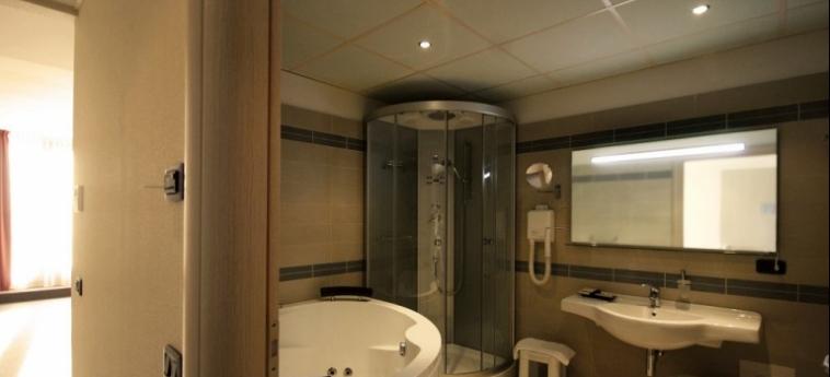 Cocca Hotel Royal Thai Spa: Salle de Bains LAC D' ISEO