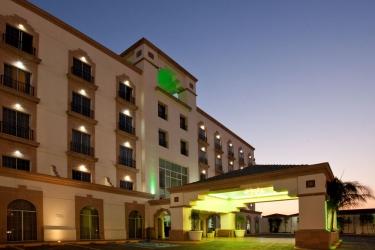 Hotel Holiday Inn Leon: Hotel Front - Evening/Night LEON