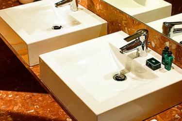 Hotel Portobay Marques: Bathroom LISBON