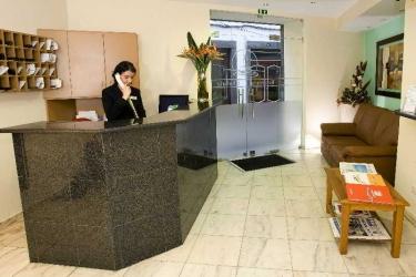 Hotel Residencial Chafariz: Lobby MADERE
