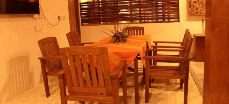 Dhiffushi White Sand Beach Hotel: Night Club MALDIVAS