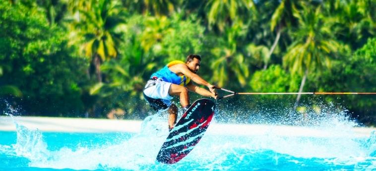 Dhiffushi White Sand Beach Hotel: Foret de Pins MALDIVES