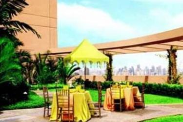 Hotel Discovery Suites: Außen Restaurant MANILA