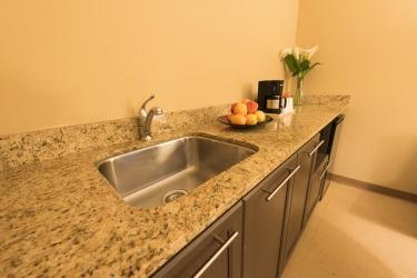 Hotel Quality Inn & Suites P.e. Trudeau Airport: Cocina pequeña en la habitacion MONTREAL