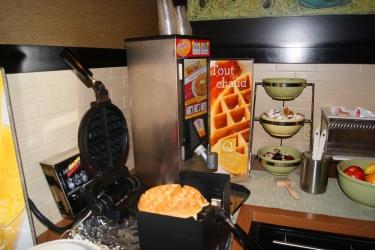 Hotel Quality Inn & Suites P.e. Trudeau Airport: Zona de desayuno MONTREAL