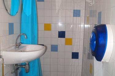 The Flying Pig Beach Hostel: Ducha del baño NOORDWIJK AAN ZEE