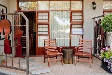 Miles B&b Guesthouse: Terraza / Patio  OUDTSHOORN