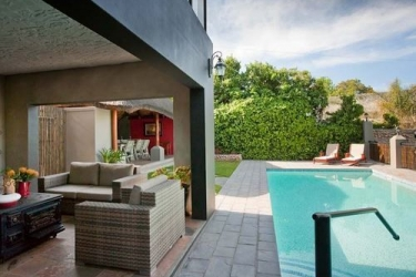Miles B&b Guesthouse: Außenschwimmbad OUDTSHOORN