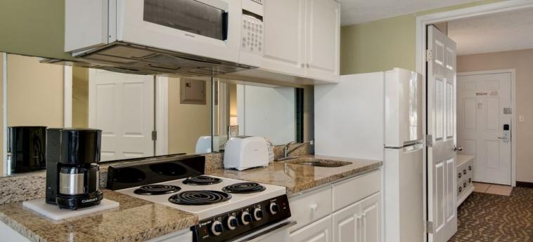 Hotel Legacy By The Sea: Cocina pequeña en la habitacion PANAMA CITY BEACH (FL)