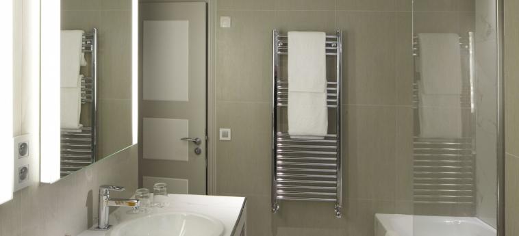 Hotel Rochester Champs Elysees: Bathroom PARIS