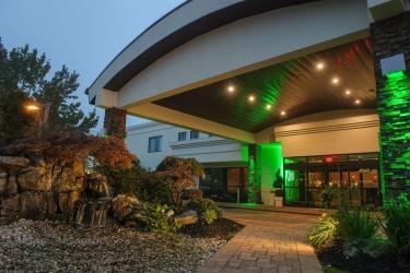 Hotel Holiday Inn Plainview-Long Island: Façade Hotel – Soir / Nuit PLAINVIEW (NY)