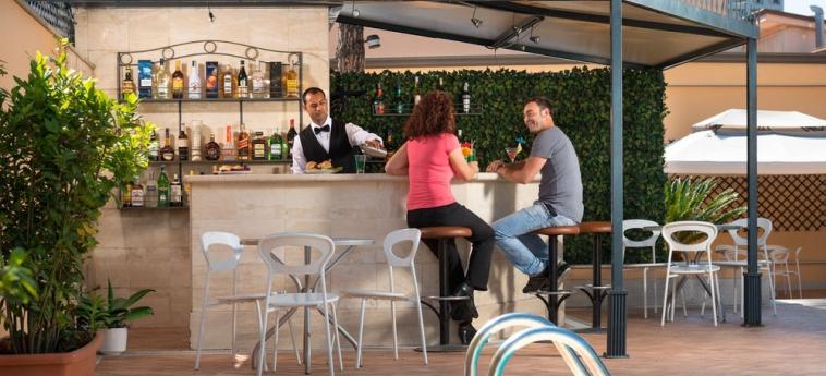 Hotel Cristoforo Colombo: Bar junto a la piscina ROMA