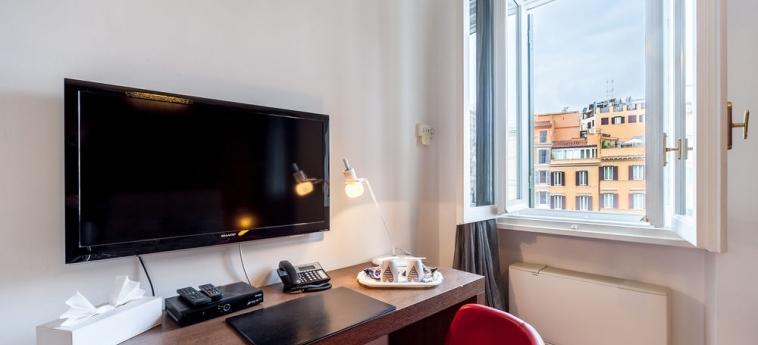 Hotel La Dolce Vita Barberini: Vista della stanza degli ospiti ROMA