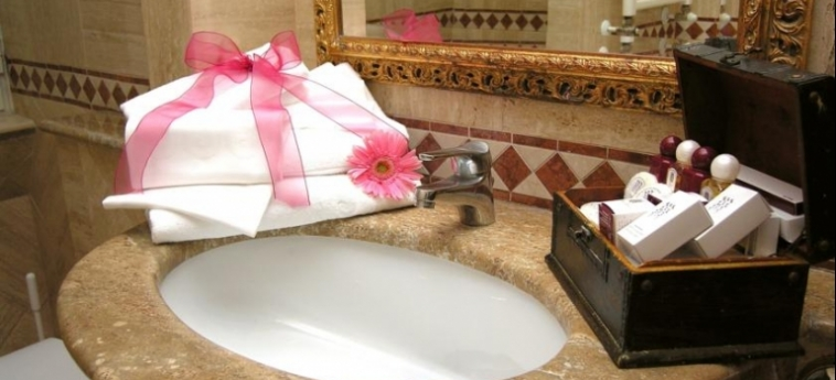 Hotel Barocco: Bathroom ROME