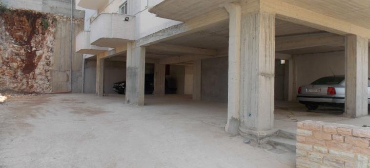 Eleana Apartments: Parcheggio SARANDA