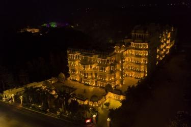 Hotel Chunda Palace: Frente Hotel – Tarde / Noche UDAIPUR