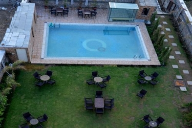 Q Hotel: Outdoor pool UDAIPUR