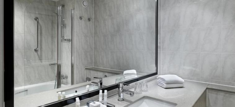 Doubletree By Hilton Hotel Woking: Badezimmer WOKING